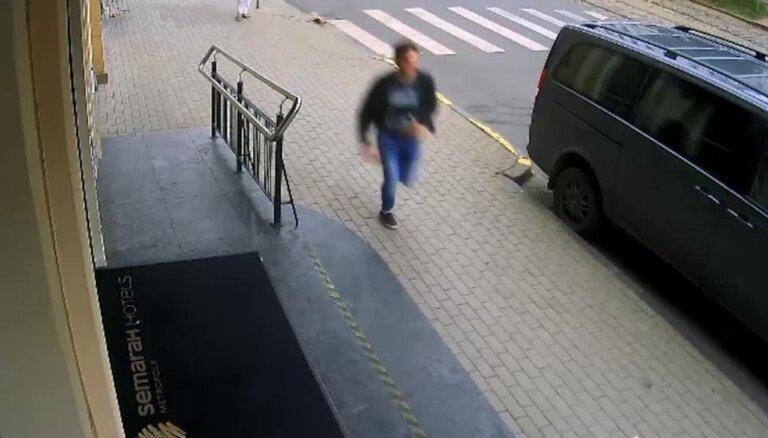 Policija meklē trīs vīriešus par taksometra vadītāja aplaupīšanu