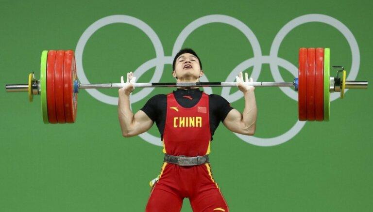 Pasaules čempions svarcelšanā Ši izcīna olimpisko zeltu svara kategorijā līdz 69 kilogramiem