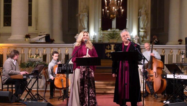 Foto: Ievas Kerēvicas un Sergeja Jēgera balsis pieskandina Rīgas Sv. Jāņa baznīcu