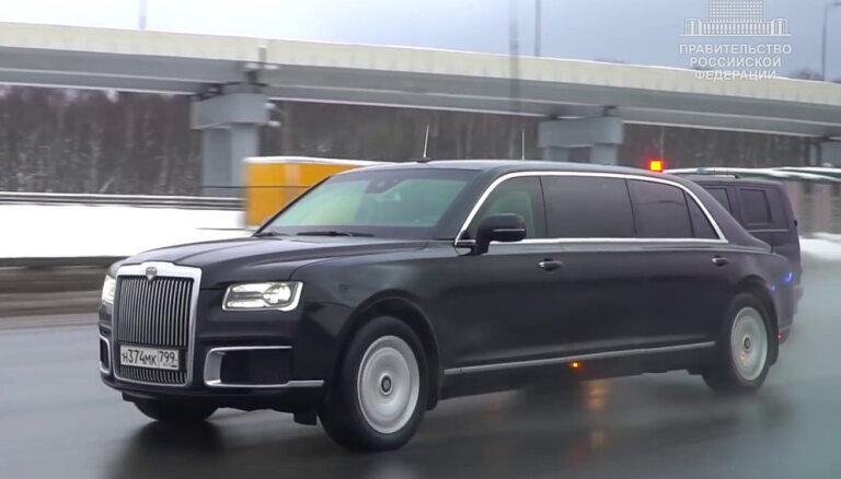 Video: Krievijas premjers dodas savā pirmajā braucienā ar vietējā ražojuma limuzīnu
