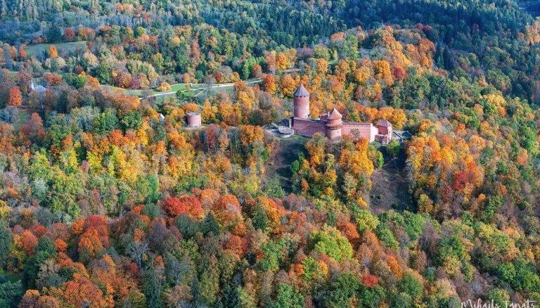Iespaidīgi foto: Siguldas puses rudens kolorīts no cita rakursa