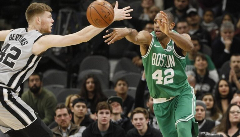 Bertāns gūst septiņus punktus 'Spurs' uzvarā pār NBA līderi 'Celtics'