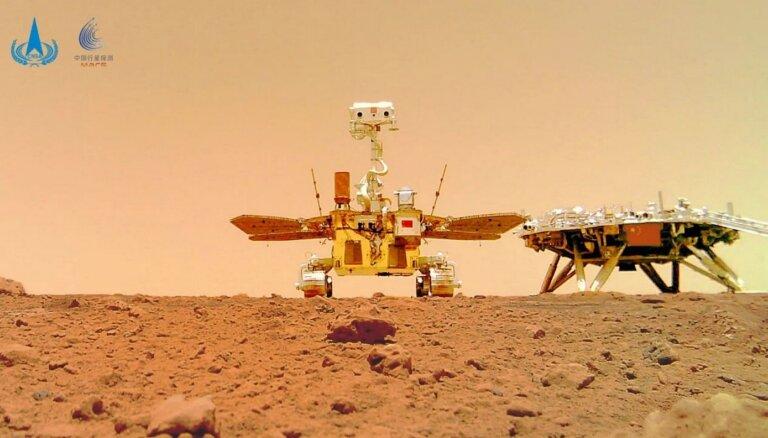 Fotomākslas paraugdemonstrējumi uz Marsa: arī Ķīnas rovers dižojas ar pašbildi