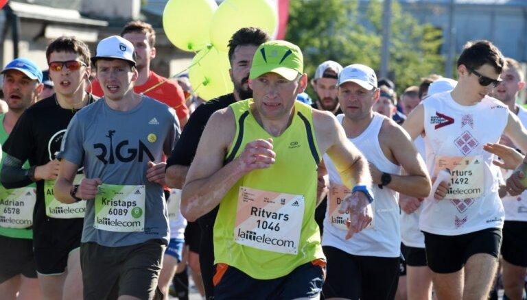 Foto: Kā izturīgi skrējēji sacentās 'Lattelecom' maratona garajās distancēs