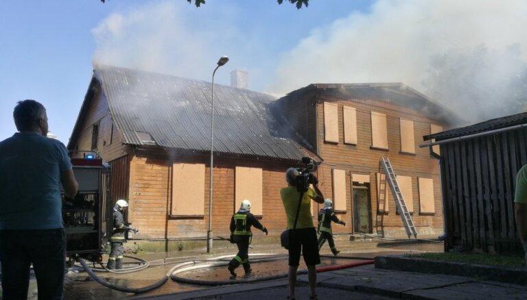 Foto: Ventspilī vienlaikus deg divi nami; cietuši trīs cilvēki
