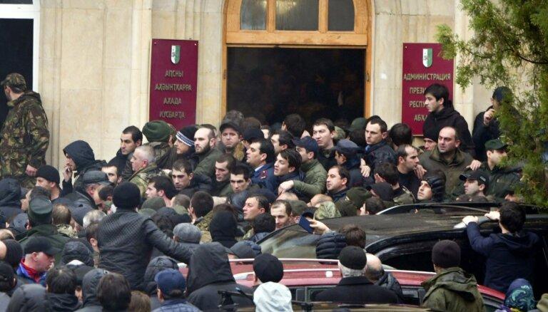 Abhāzijā protestētāji iebrūk prezidenta mītnē; prasa Hadžimbas atkāpšanos
