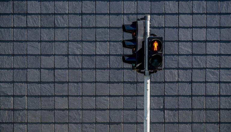 ВИДЕО: пешеходы шли на красный, водитель затормозил в последнюю секунду