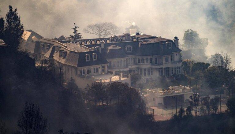 Foto: Liesmas Losandželosā uzbrūk bagātāko un slavenāko amerikāņu rajonam