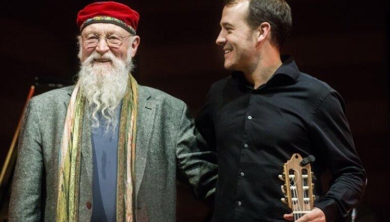 Koncertzālē 'Latvija' uzstāsies minimālisma leģenda Terijs Railijs ar dēlu