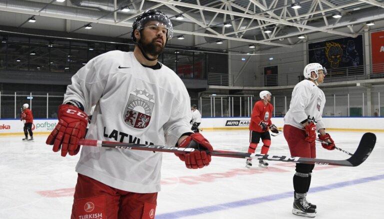 Foto: Latvijas hokejisti atgriežas uz ledus