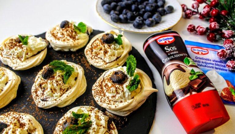 Foto recepte: Bezē kūciņas ar mellenēm un šokolādes mērci