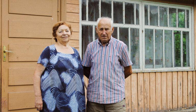 Tikai ar cirvja palīdzību celta rija: ciemos īstā lauku sētā pie Čudarānu ģimenes