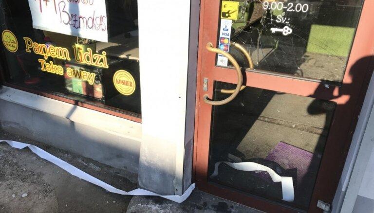 Foto: Rīgā apzog košera kafejnīcu; saimnieks meklē aculieciniekus