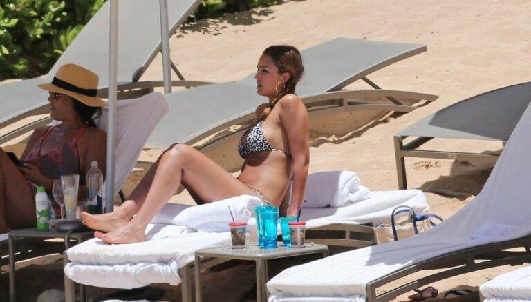 Skaistule Džesika Alba bikini atrāda grūtnieces puncīti