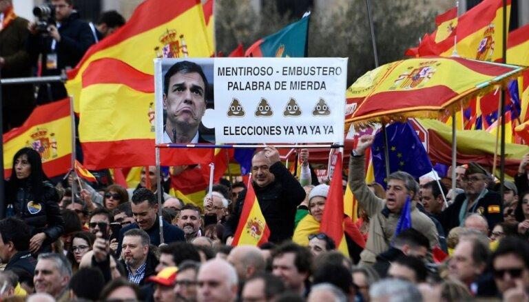 Tūkstošiem cilvēku Spānijā protestē pret Sančesa valdību