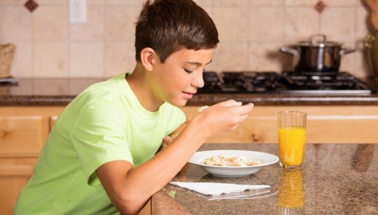 Pusaudžiem taukus saturoši produkti jālieto pietiekamā daudzumā, uzskata pašmāju speciālisti