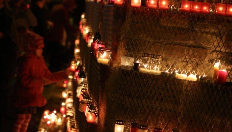 ФОТО: Тысячи людей зажгли свечи у стены Рижского замка
