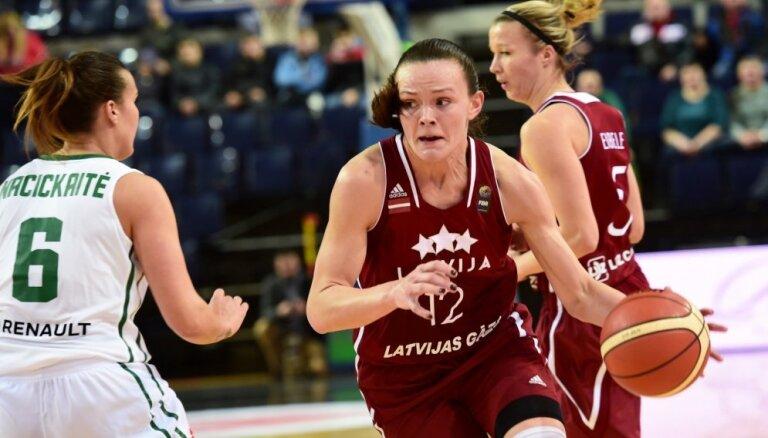 Foto: Baltijas derbijā Latvijas basketbolistes dramatiskā cīņā pieveic Lietuvu