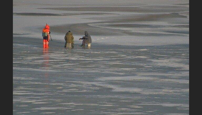 Пограничники отозвали группу латвийских рыбаков с тонкого льда Чудского озера