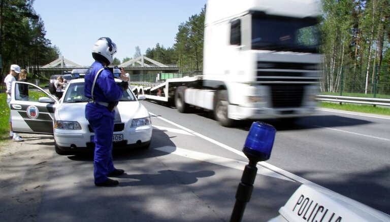 Pēc fotoradaru sāgas beigām pārgalvīgus braucējus tvarstīs policijas ekipāžas