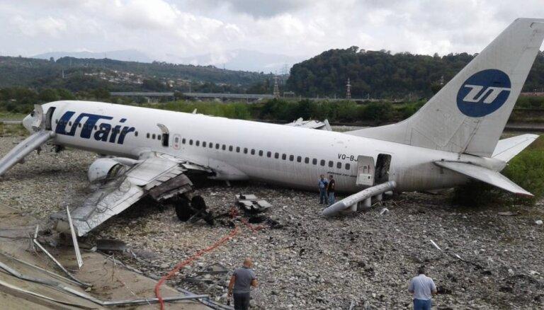 Foto: Sočos lidmašīnai aizdedzies dzinējs, cietuši 18 cilvēki