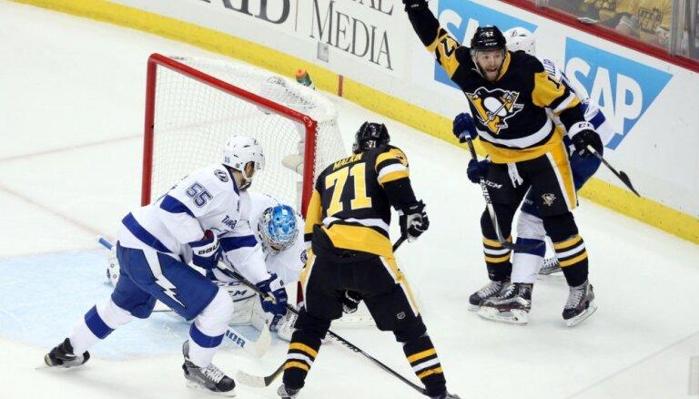 'Lightning' ar Gudļevski rezervē neizdodas iekļūt NHL finālā