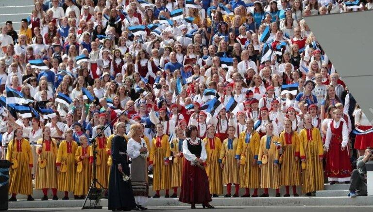 Foto: Pilnā sparā rit Igaunijas jubilejas Dziesmu svētku noslēguma koncerts