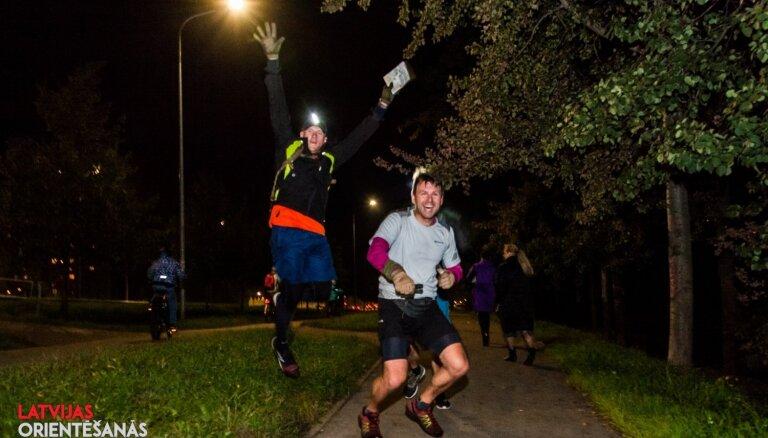 Foto: 1600 dalībnieku 11 Latvijas pilsētās bauda orientēšanās nakti