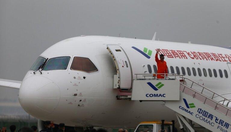 Ķīnas pirmā lielizmēra pasažieru lidmašīna aizvadījusi veiksmīgu izmēģinājuma reisu