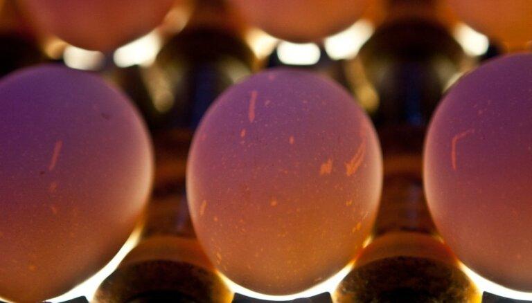 Iespaidīgs paņēmiens, kā viegli atdalīt olas dzeltenumu no baltuma