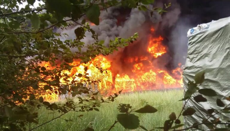 Paaugstinātas bīstamības ugunsgrēks netālu no Jūrmalas atkritumu pārkraušanas un šķirošanas stacijas