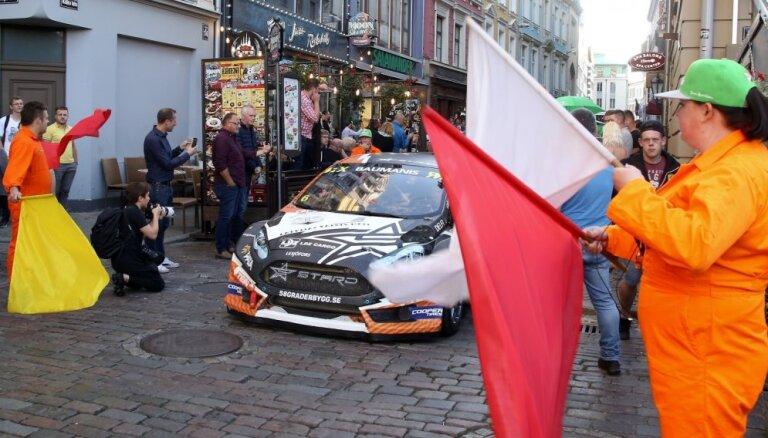 Foto: 'Neste World RX of Latvia' mašīnu un pilotu parāde Vecrīgā