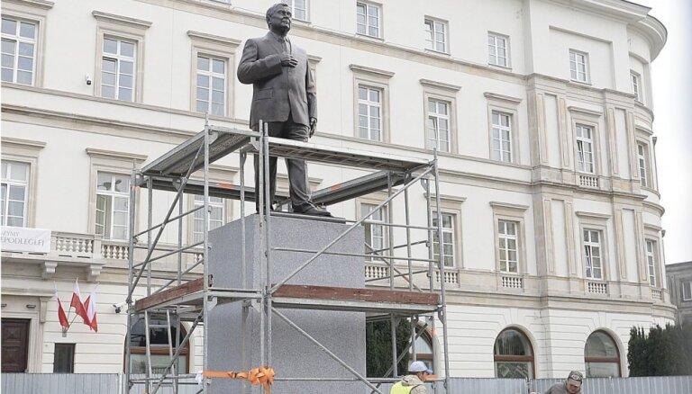 Foto: Varšavā uzstādīts Leha Kačiņska piemineklis