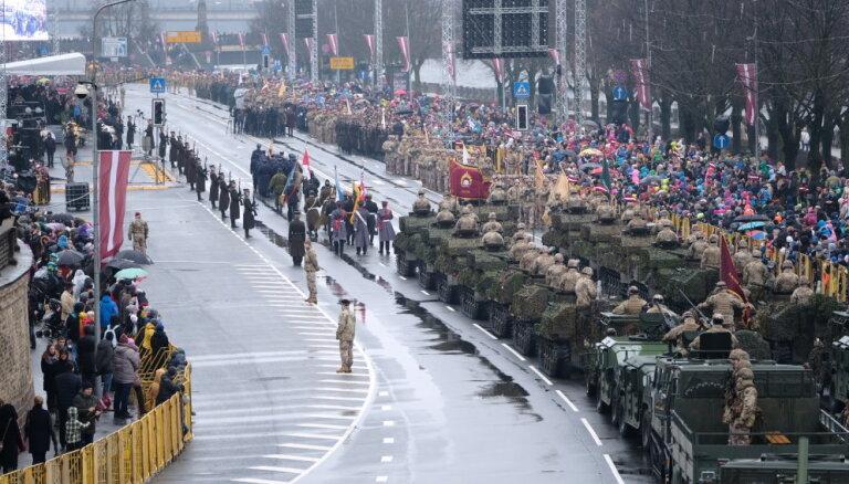 ФОТО: Военный парад на набережной посетило несколько тысяч человек