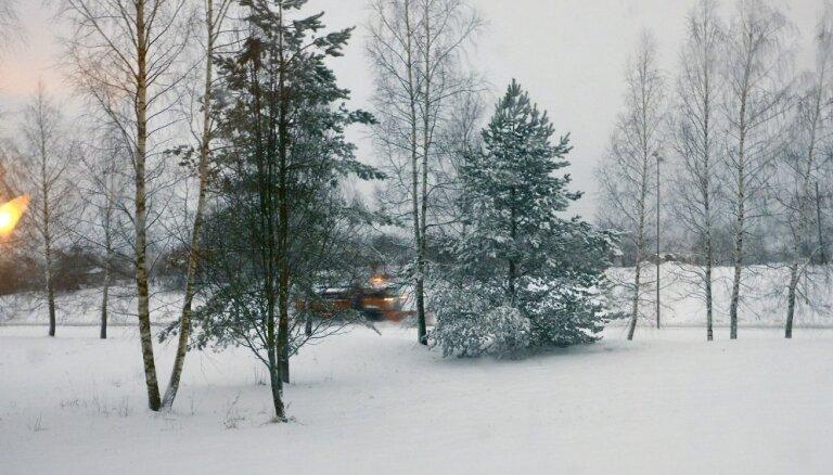 Foto: Ļaudis Latvijā pārsteidz pavasara sniegs