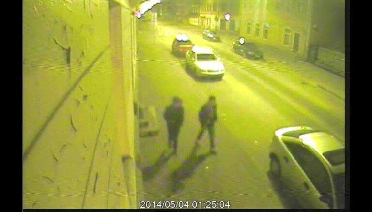 Rīga centrā nofilmēti huligāni, kuri bojā automašīnas