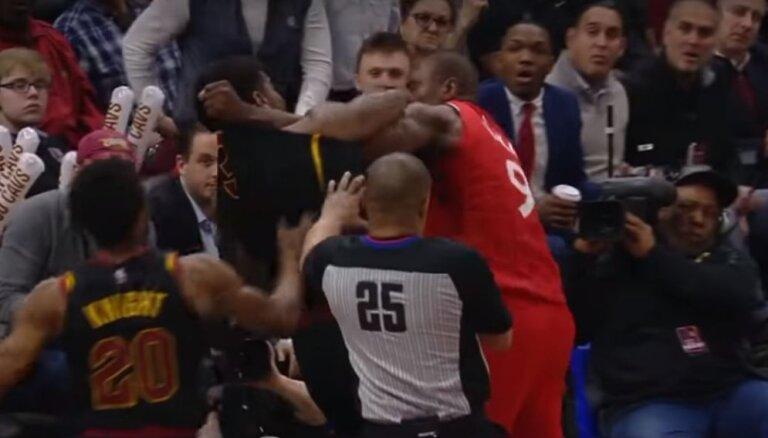 Video: Dūru vicināšana NBA spēlē