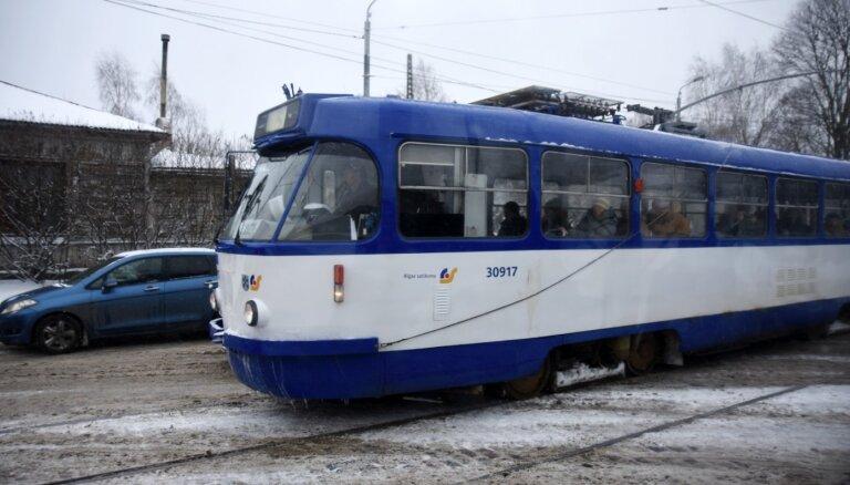 Кенгарагс: пьяный пассажир попал под трамвай и лишился ноги, вагоновожатая избежала уголовной ответственности