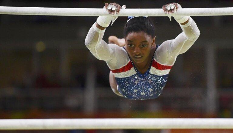 Amerikāņu olimpiskā sensācija Bailsa raksta autobiogrāfiju un gadu sacensībās nepiedalīsies