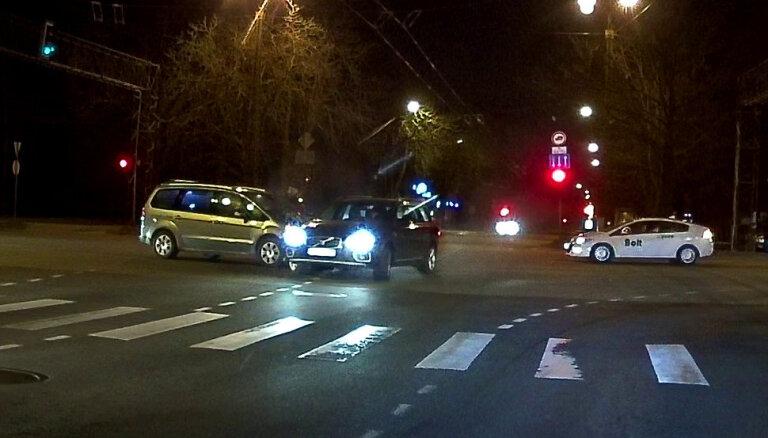 Autoavārija Vienības un Kārļa Ulmaņa gatves krustojumā