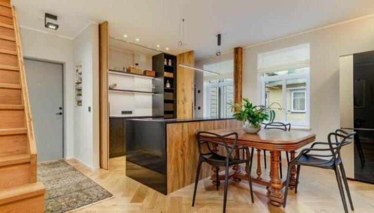 Foto: Koka un glamūra apvienojums divstāvu dzīvoklī Igaunijā
