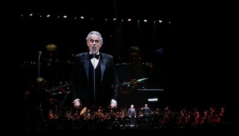 Foto: Slavenais itāļu tenors Andrea Bočelli skaļiem aplausiem piepilda 'Arēnu Rīga'