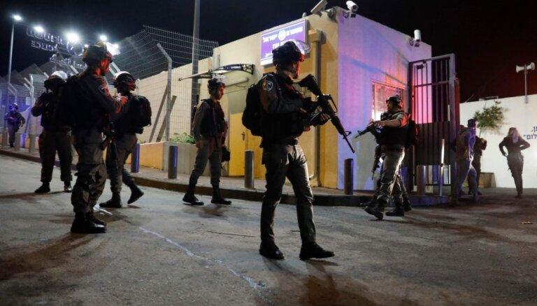 Uzbrukumā Austrumjeruzalemē ievainoti četri izraēliešu policisti