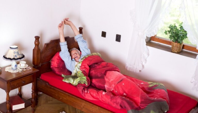 Pārbaudīti jogas vingrinājumi možam rīta cēlienam, kurus var izpildīt pat gultā