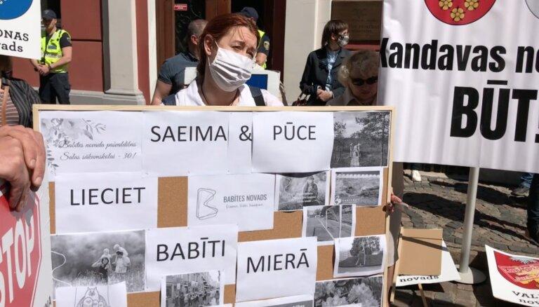 Video: 'Nost ar Pūci' un 'Atlaist Saeimu' – protestē pret novadu reformu