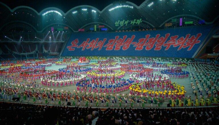 Foto: Vērienīgās Ziemeļkorejas līdera apturētās masu spēles