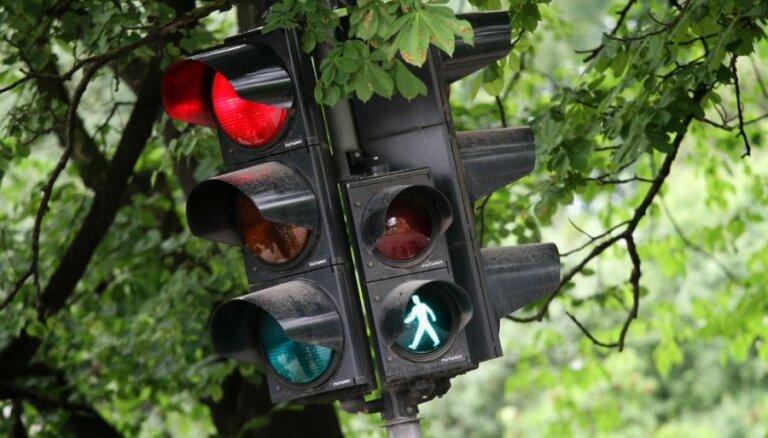 Liepājā zēns šķērso ielu pie luksofora zaļās gaismas; mopēdists viņu notriec
