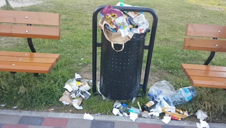 Atkritumi bērnu laukumiņā