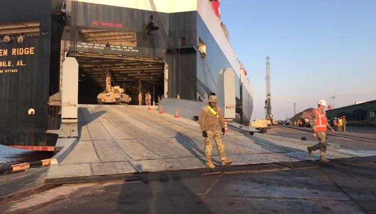Video: ASV tanki 'Abrams' un kaujas mašīnas 'Bradley' piestāj Rīgā