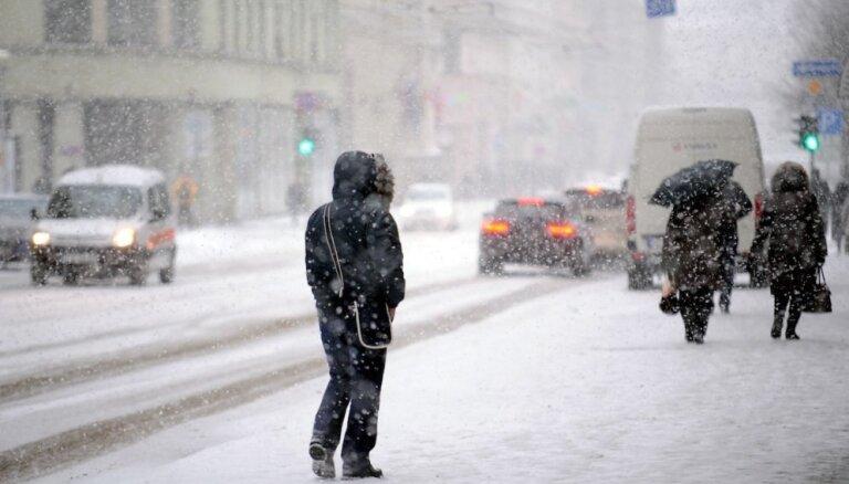 Otrdien gaidāmas brāzmas līdz 20 m/s, intensīva snigšana un putenis